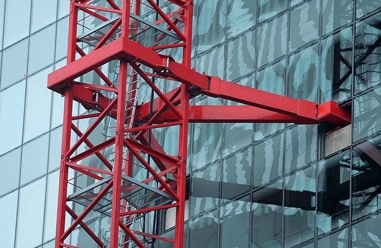 Ancrage d'une grue en façade