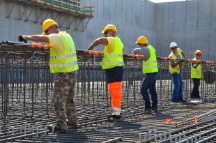 Ouvriers d'un chantier de gros oeuvre en train de réaliser le ferraillage d'un ouvrage béton armé